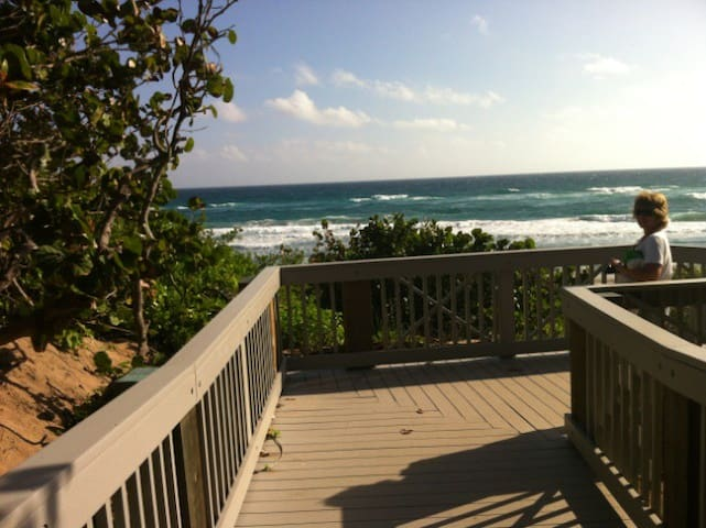 Steps to beach.  Private room. - Boca Raton - Huis