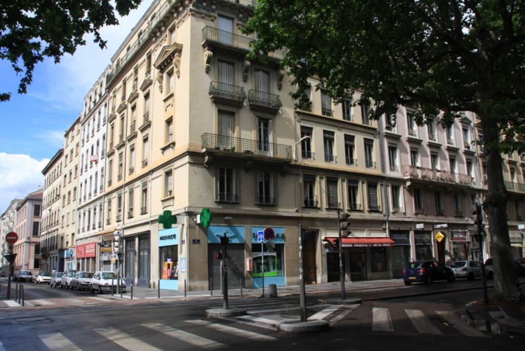 L'appartement est situé au rez-de-chaussée de cet immeuble classique
