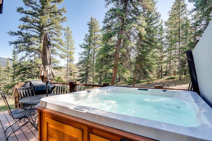 5Br Home- Hot Tub & Kids Ski Free- Sleeps 18!