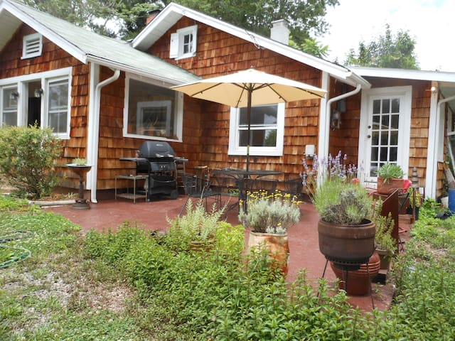 Asheville artist  bungalow. 3 minutes to downtown