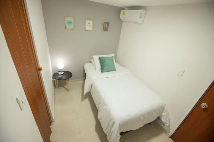 Habitación sencilla, amplia y comoda