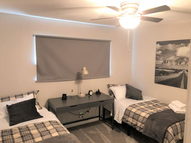 Twin Bedroom - 2 twin beds, desk wireless charging stations