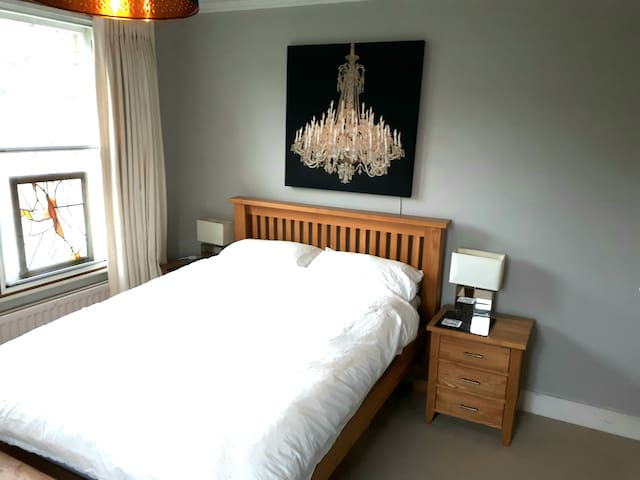 Pretty Double Room near Gatwick
