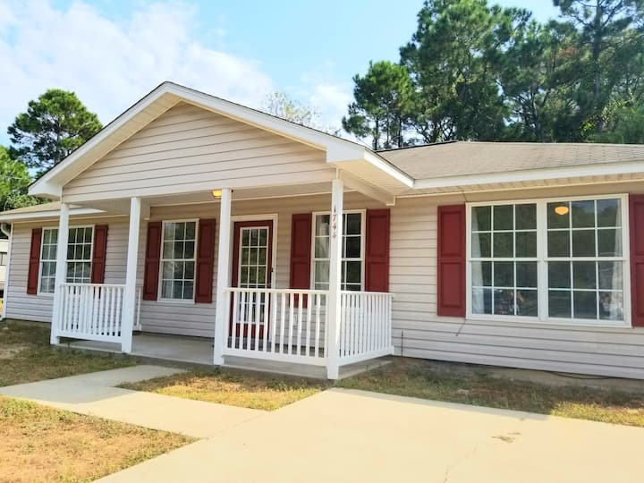 The Red Door Ranch! Close to the Beach! Sleeps 8!