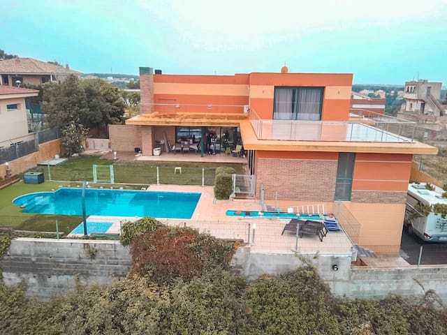 Chalet con piscina privada.