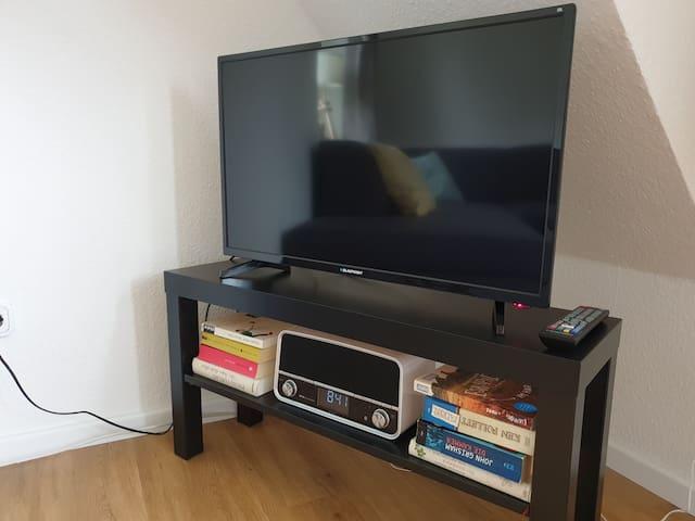 Fernseher mit Netflix und Bluetooth Radio im Wohnzimmer