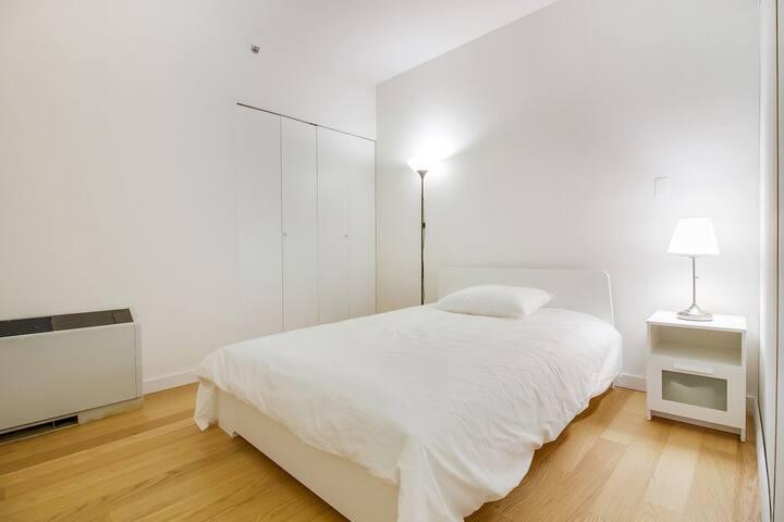 Cozy bedroom in DOORMAN building - 紐約 - 公寓