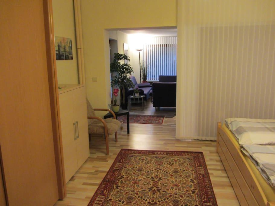 Schlafbereich mit Durchgang zum Wohnzimmerbereich