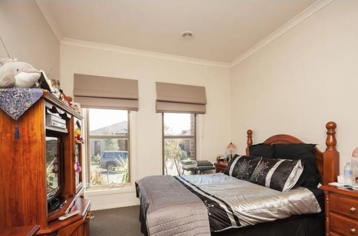 Spacious Private master bedroom in BERWICK