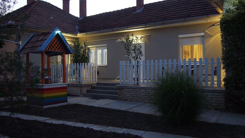 Szín-Ház Felnőttbarát és toleráns Apartman Narancs