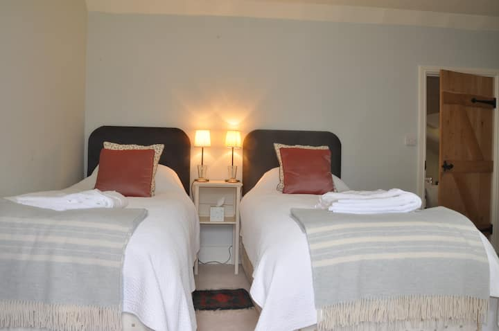 Lower Leigh Cottage Twin Room with en suite shower