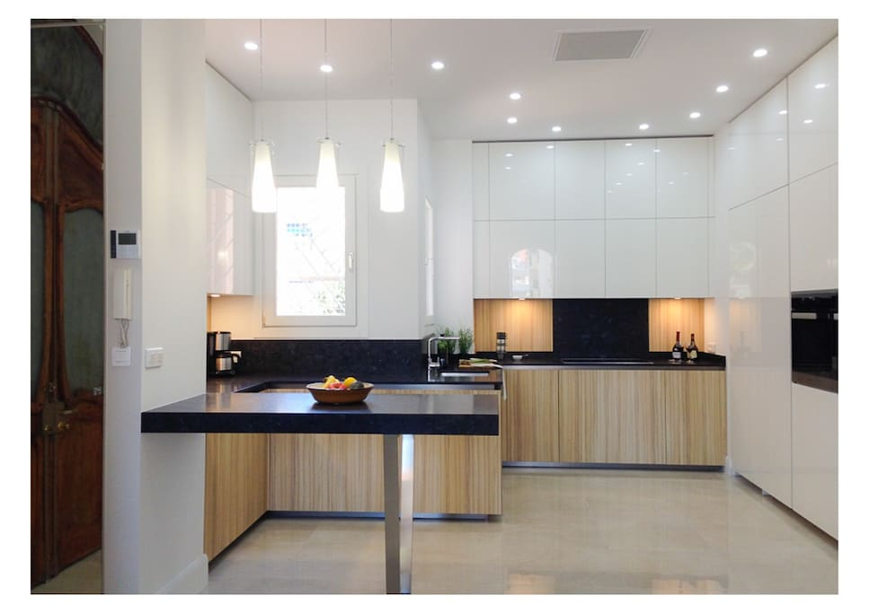 Top kitchen with brand new utilities. The kitchen, as the whole apartment, has been totally renovated on Spring 2017. The apartment opens its doors for rentals from July 2017. Fresh as a cucumber.