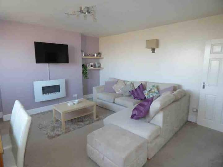 Beautiful flat, close to the sea with inland views