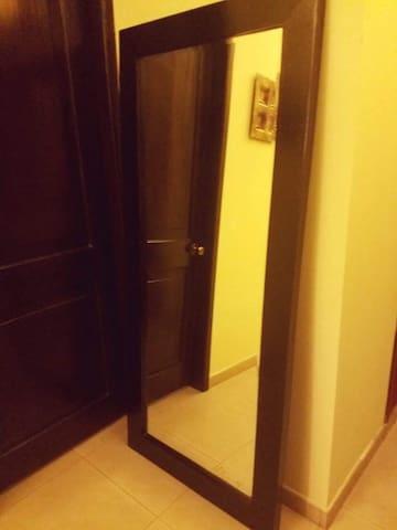 Espejo grande a lado de los dormitorios