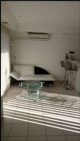 Studio dans belle maison blanche