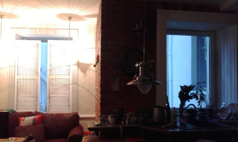Уютная комната в Центральном районе - белый гранж - Sankt-Peterburg