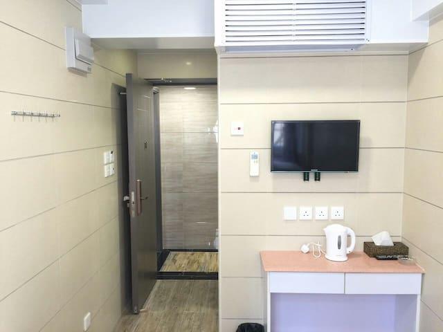 (8)標準大床房,1.5×2.0米,干淨、整潔!有街窗!