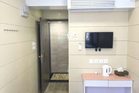 (8)標準雙床房,兩張床可合並為一張大床,干淨、整潔!有街窗!8號房! - 九龍區 - Apartment
