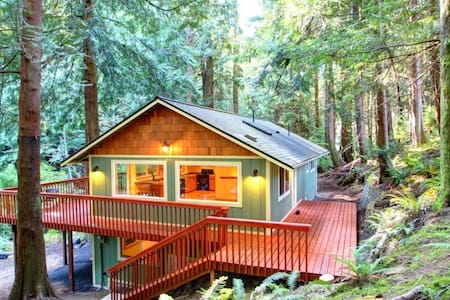 Woodsy Abode  - Spacious Seclusion w/ Convenience - Maison