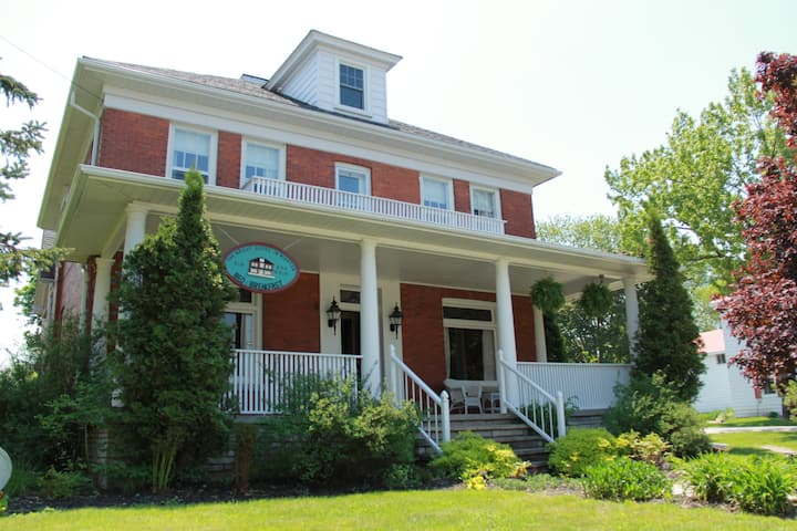 2 The Wright House in Wiarton - Belmore Room