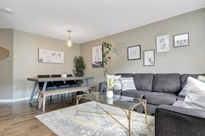 Classy and modern townhouse, king bed & near park!