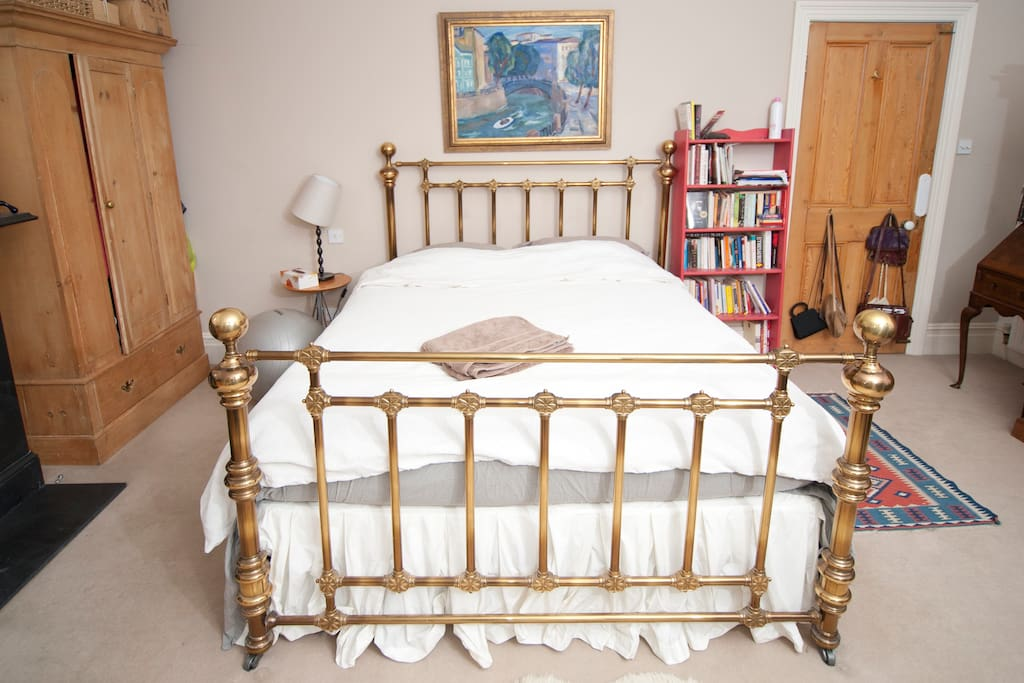 This is the room! Queen sized bed. Discounted for single traveller inc breakfast.  Oblong SPACIOUS Bedroom -