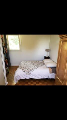 Chambre privée dans une villa provençale