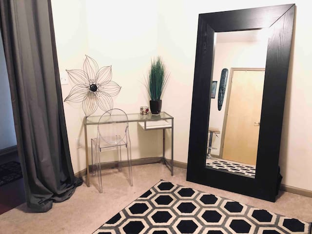 COMFY Room downtown  Near Benz Stadium-woman only