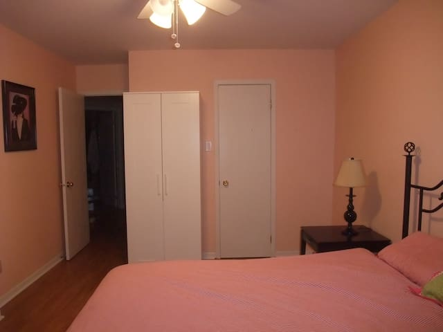 Chambre avec lit queen ;