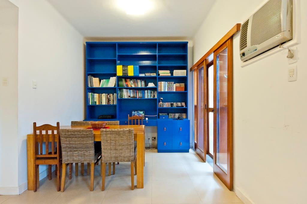 Mesa e espaço de trabalho na sala de estar