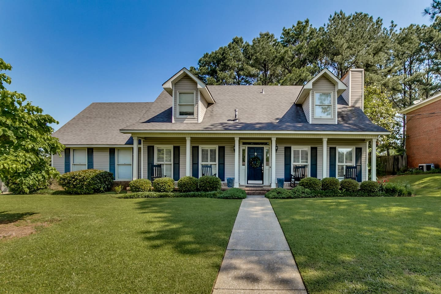 Southern Living Style Traditional Home with loads of Charm - CLOSE TO UA! Special Rates for Gamedays, UA events &  families traveling to Tuscaloosa!