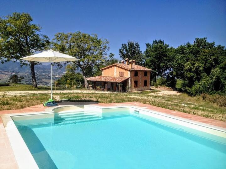 Villa del Miele just 16 km from the Monte San Vicino Regional Nature Reserve