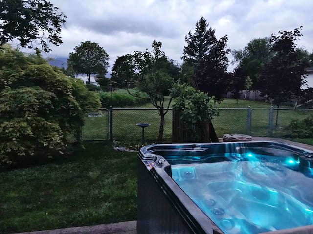 Private Room w Hot Tub Access & Breakfast Option
