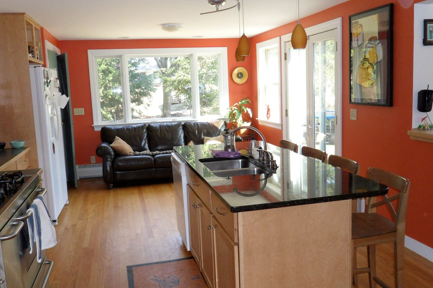 Relax in the sunny kitchen on the leather couch, or cook yourself a delicious meal.