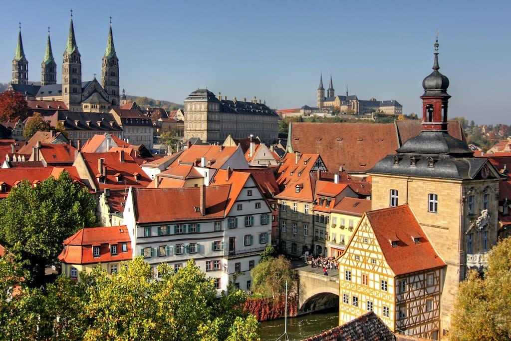 Entdecken sie unsere schöne Weltkulturerbe-Stadt an der Regnitz. Wir bieten Ihnen die beste Möglichkeit dazu. Sie wohnen bei uns in einem 600 Jahre alten, liebevoll saniertem historischen Haus  direkt im Zentrum der Stadt.