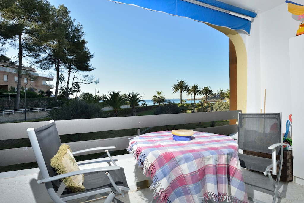 Wonderful views facing the sea, including a swimming pool and an interior estate with lovely gardens