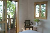 Camera matrimoniale con balcone...e intrusione di un tiglio!