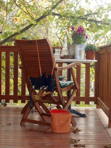 Zona relax sul balcone all'ombra del tiglio