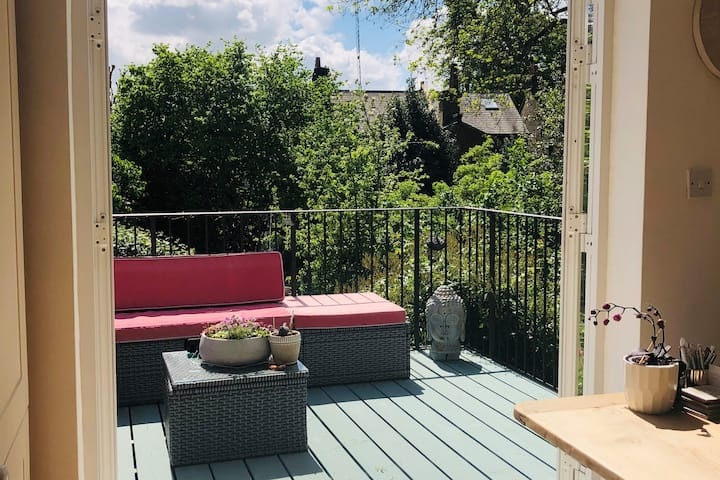 Stylish 2 bed 2 bath with sunfilled roof terrace