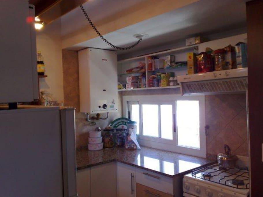Cocina completamente equipada con batería y utensilios, kitchen con horno, heladera, microondas, calefón, purificador