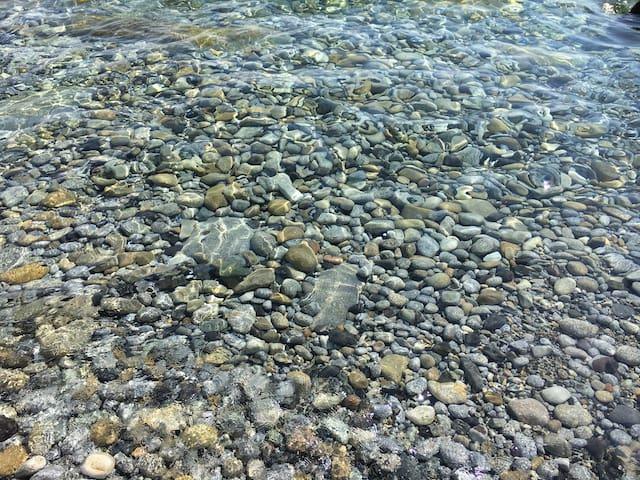 Il mare di chiessi alla spiaggetta di ciottoli