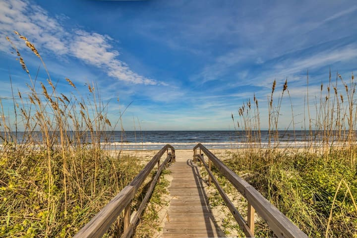New! Harbor Island 1st fl End Unit. Sleeps 4. Just 3 Steps to the Beach Path From Private Back Deck!