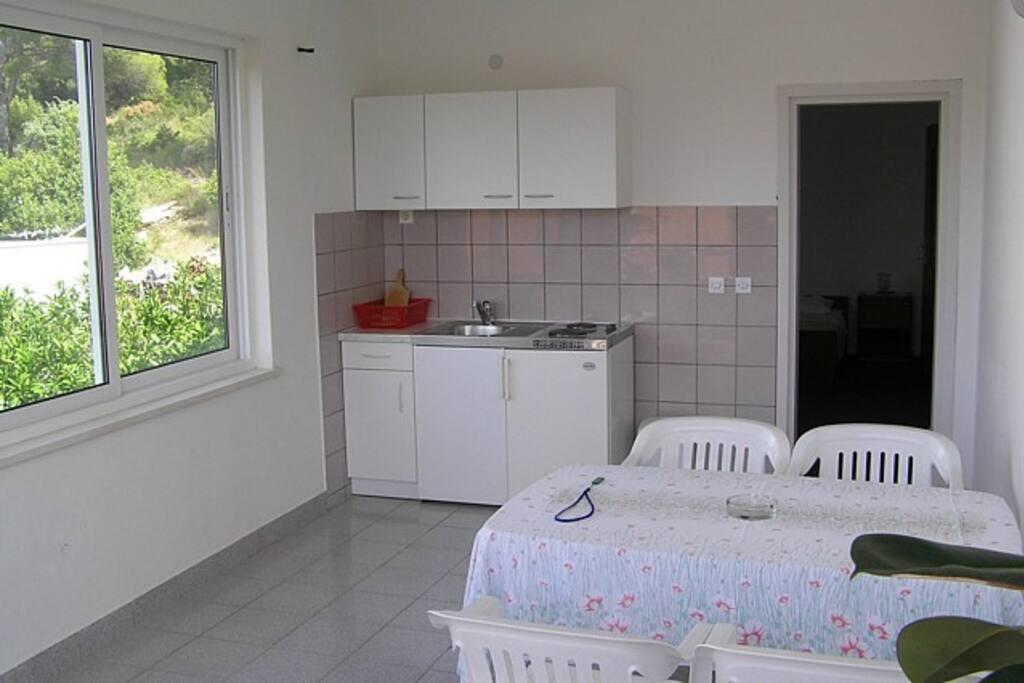 Dnevna soba sa kaučom i mini kuhinjom