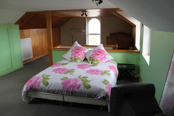BEDROOM in a HOUSE with GARDEN