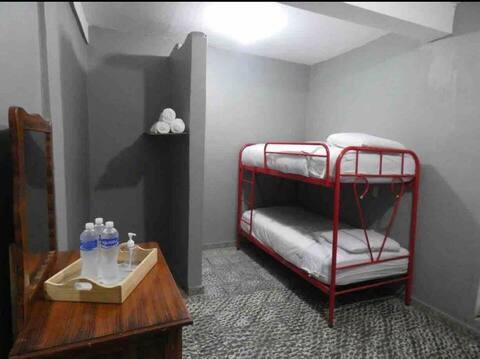Habitación  para tres personas con baño privado.
