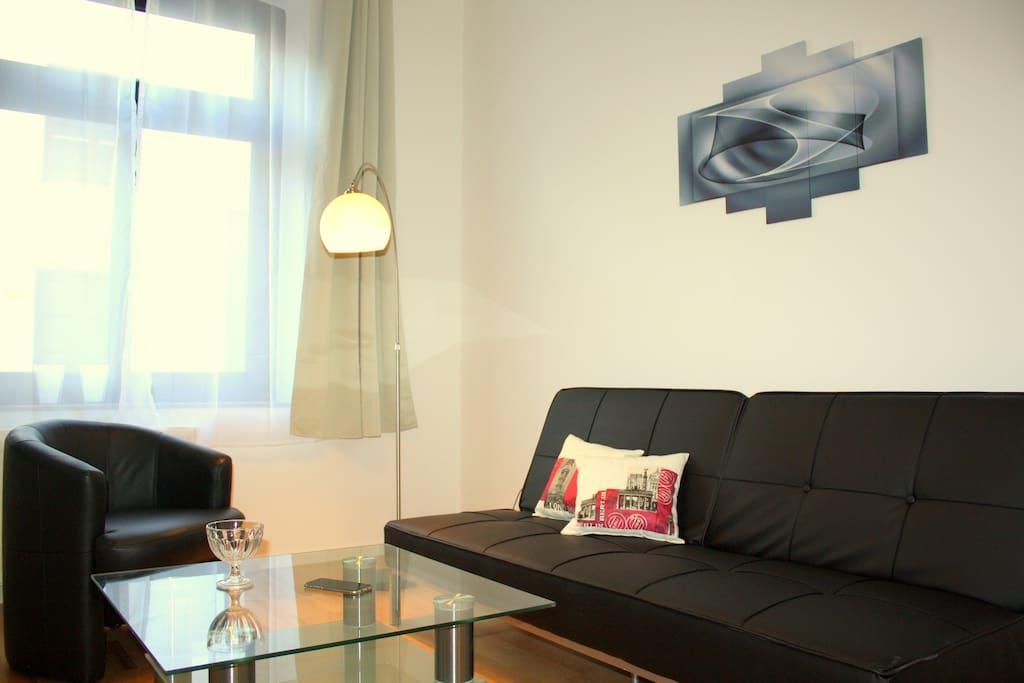 Sonniges Wohnzimmer mit Flat TV