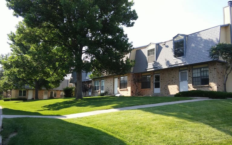 2 Bedroom Townhome in great location in Lakewood
