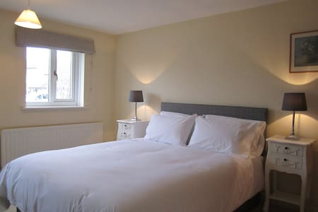 North Hill Close - two guest rooms - Burton Bradstock - Haus