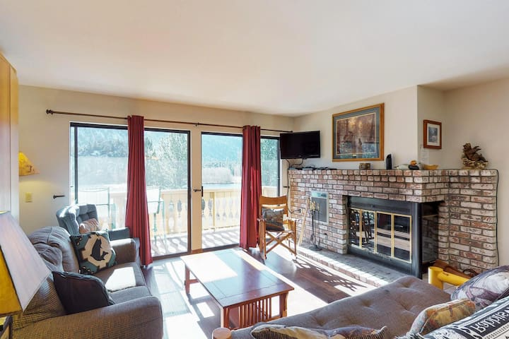 Lovely lakeview condo with a shared hot tub - near attractions!