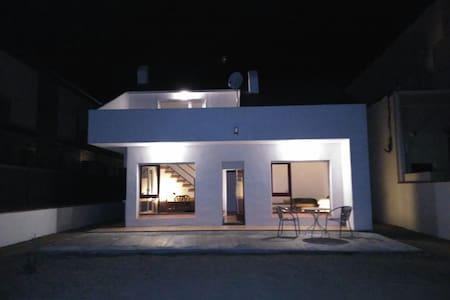 CCIII/ 3 Habitaciones dobles para 6 casa espaciosa - Sant Antoni de Calonge - Huis